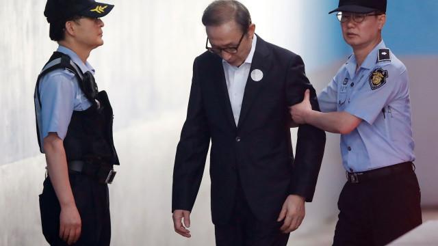 Ex-presidente Lee Myung-bak condenado a 15 anos por corrupção