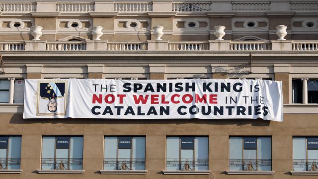 Independentistas colocam faixa contra visita de Filipe Vi a Barcelona
