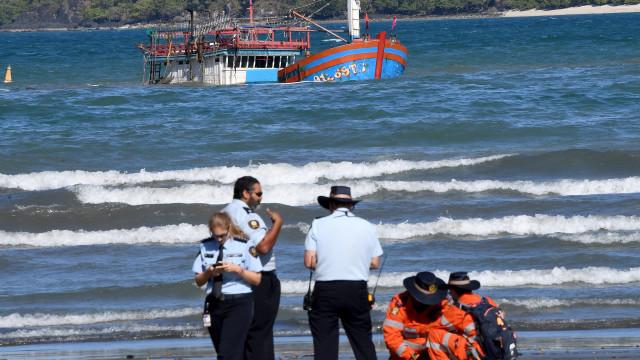 Austrália deteve os 17 passageiros de embarcação encalhada desde domingo