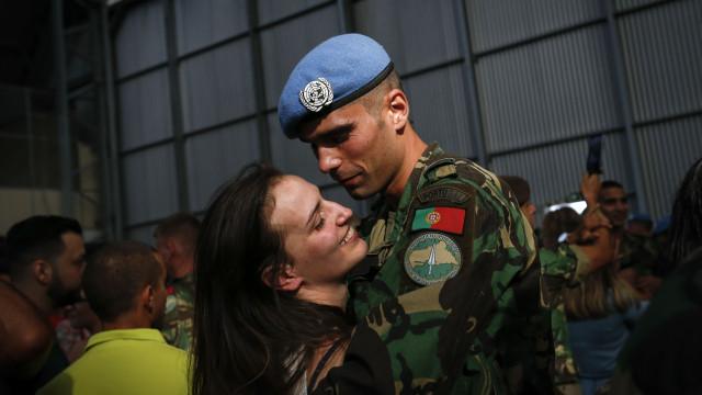 Abraços apertados marcaram regresso de militares a Portugal