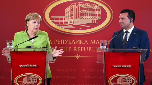 Merkel pede aos macedónios para aprovarem mudança de nome do país