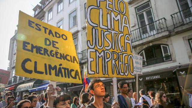 Mais de um milhar de pessoas desfilaram em Lisboa em defesa do clima