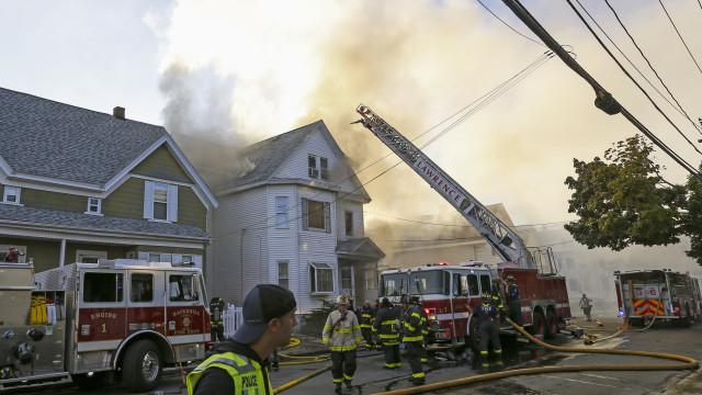Um morto e pelo menos dez feridos em explosões de gás em Boston