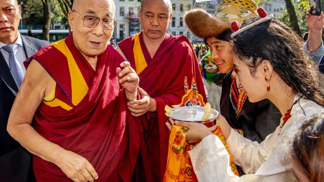 Alegadas vítimas de abusos entregam testemunhos ao Dalai Lama