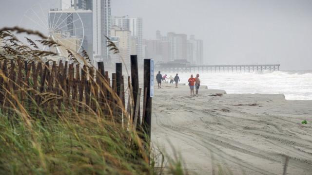 Florence perde intensidade mas ainda há ameaça de inundações nos EUA