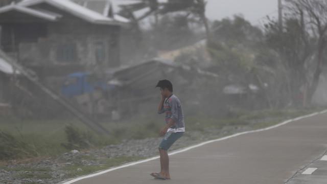Içado sinal 8, super tufão Mangkhut a 430 quilómetros de Macau