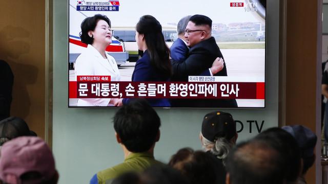 Líderes das Coreias abraçam-se no aeroporto antes de cimeira