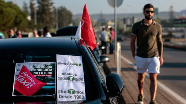 Taxistas do Algarve contestam grande aumento de carros descaracterizados