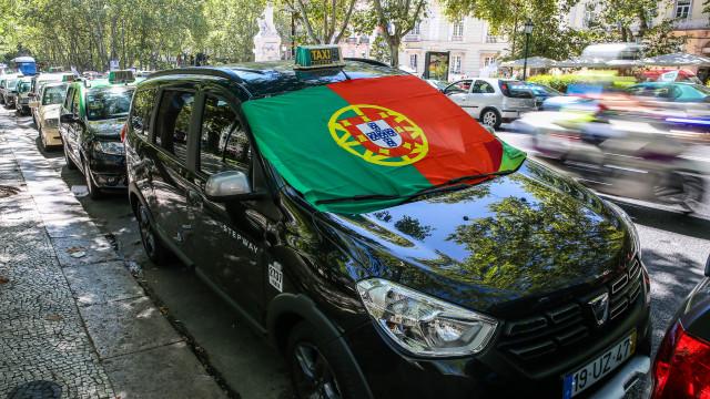 """Taxistas em Lisboa """"cansados"""" mas firmes """"por tempo indeterminado"""""""