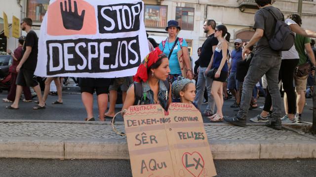 Centenas de pessoas em manifestação a exigir habitação para todos