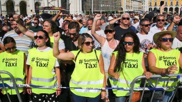 Cerca de meio milhar de taxistas desfilam até Praça do Comércio