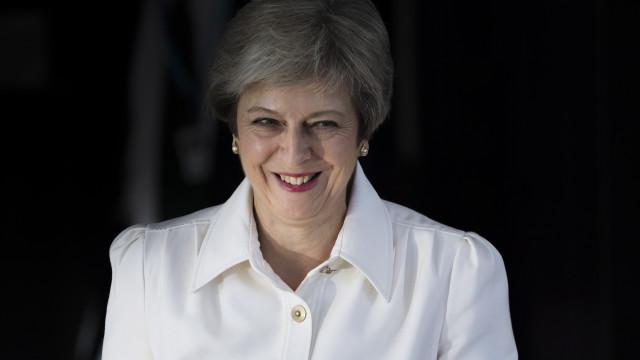 """May pede união de conservadores ou """"arriscamos não ter qualquer Brexit"""""""