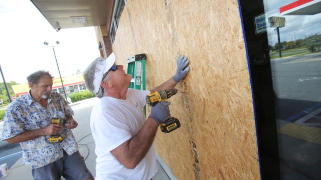 Autoridades da Florida querem retirar 375 mil pessoas devido a furacão
