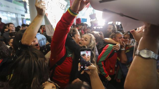 Comitiva olímpica da juventude recebida com emoção no aeroporto