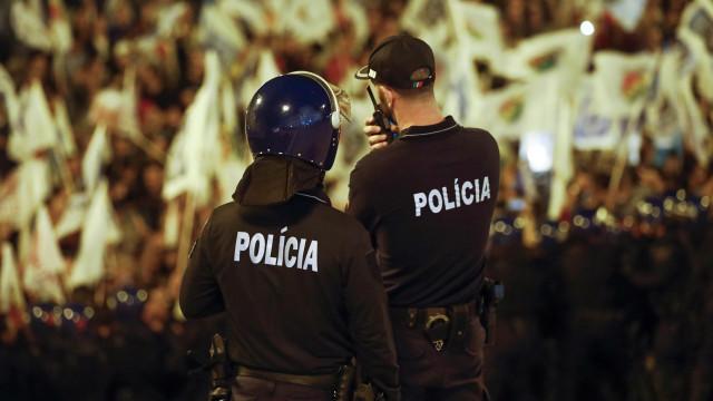 Protesto terminou mas polícias continuam em frente ao Parlamento