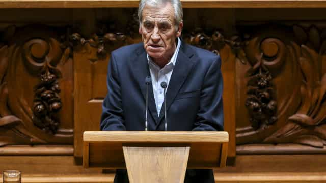 """Jerónimo lembra tempo em que Governo PSD/CDS tirou """"com as duas"""" mãos"""