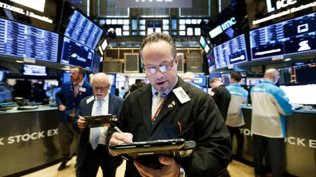 Wall Street fecha em baixa por debilidade de empresas