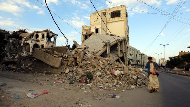 EUA suspendem reabastecimento de aviões sauditas que combatem no Iémen
