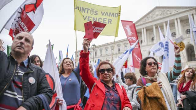 Centenas de professores protestam com orçamento como pano de fundo