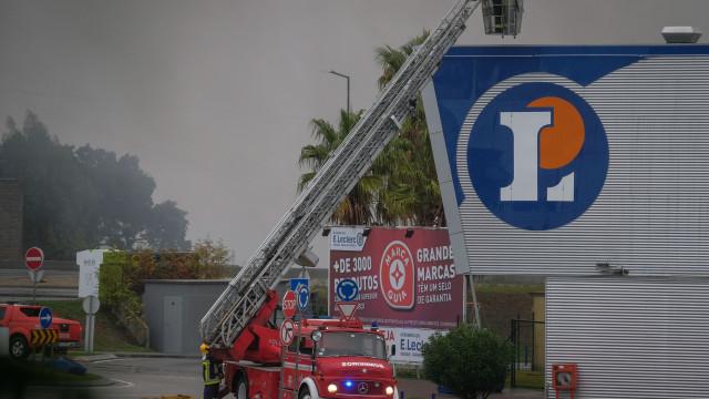 Incêndio em supermercado de Viana do Castelo em fase de rescaldo