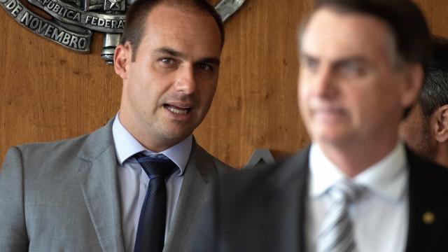 Filho de Bolsonaro quer referendo sobre pena de morte. Presidente rejeita