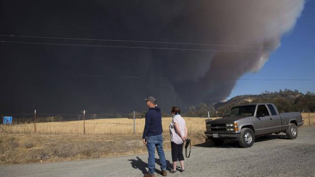Milhares de pessoas fogem de incêndio que destruiu vila na Califórnia