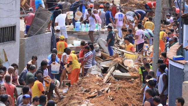 Número de mortos em deslizamento de terra no Rio de Janeiro sobe para 14