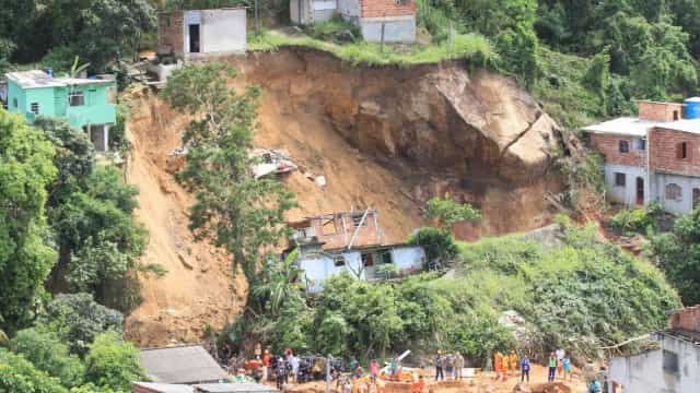 Novo balanço de 15 mortos em deslizamento de terras no Rio de Janeiro