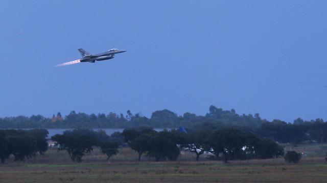 Dois tripulantes do avião que aterrou de emergência levados para hospital