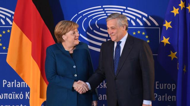 """Merkel defende que UE deve trabalhar para """"verdadeiro exército europeu"""""""