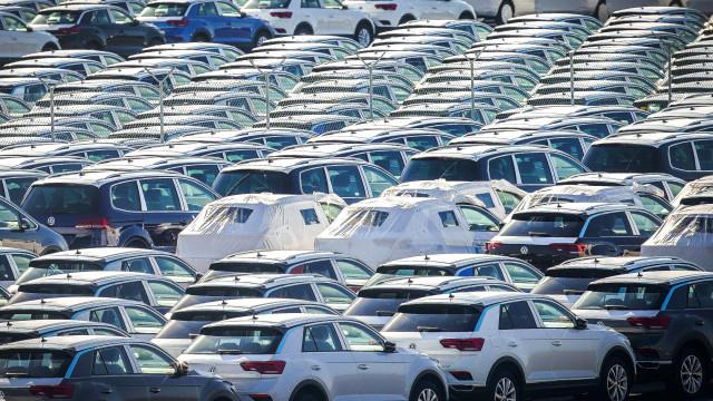 Estivadores contra carregamento de navio com carros da Autoeuropa