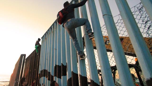 """Pobreza e violência """"empurram"""" hondurenhos para o desconhecido"""