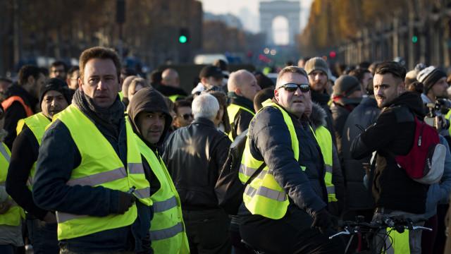 """""""Coletes amarelos"""" continuam a bloquear estradas em França"""
