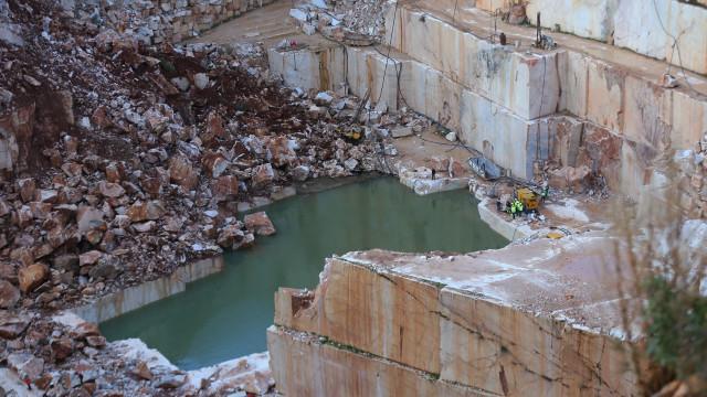 Reforçada drenagem de água de pedreira onde podem estar desaparecidos