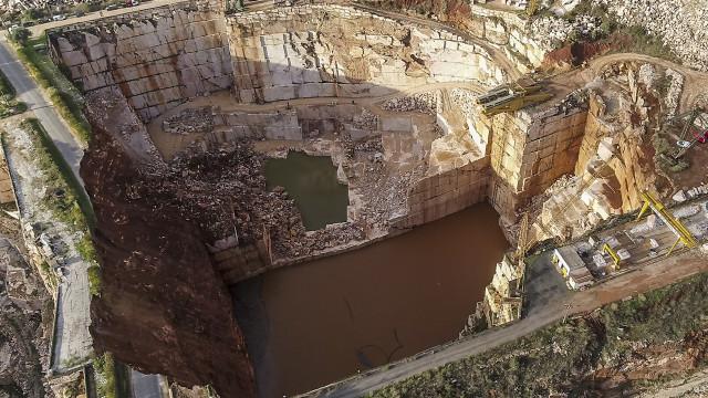 Autoridades removem blocos de rocha para procurar segunda vítima em Borba