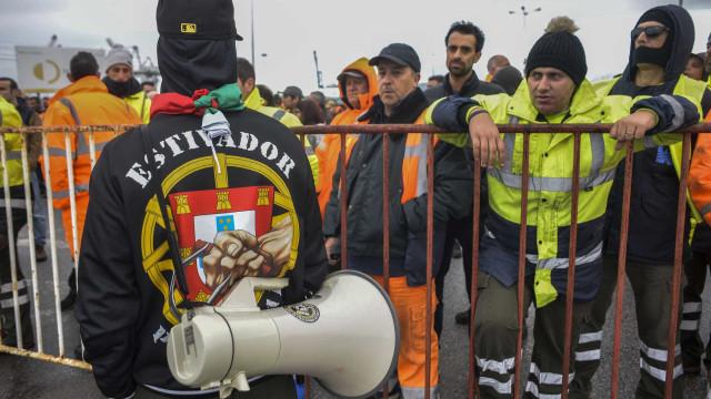 Greve dos estivadores eventuais de Setúbal adia exportações de porcos