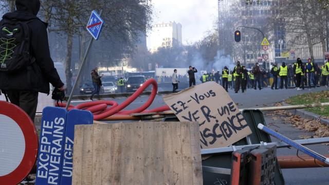 Movimento 'coletes amarelos' chega a Bruxelas em confronto com polícia