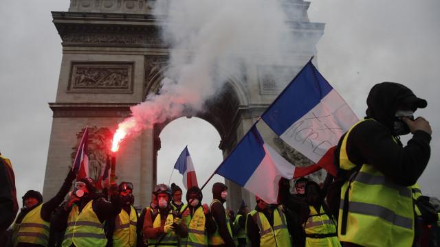 """Macron fala ao país depois de protesto. Não quer """"pôr óleo no fogo"""""""