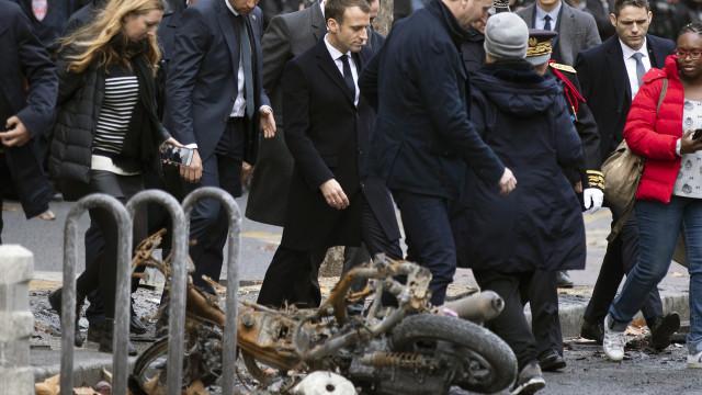 Macron visita Arco do Triunfo após atos de vandalismo