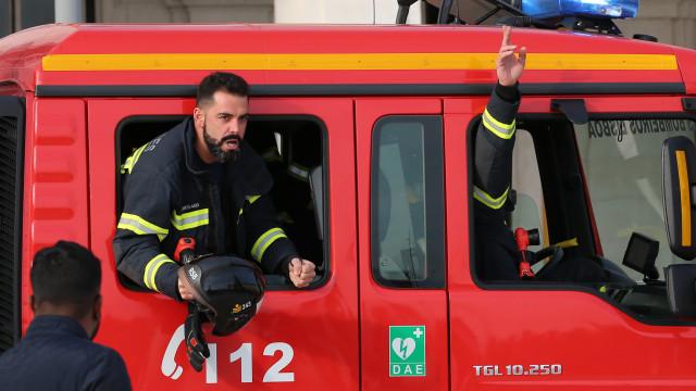 Bombeiros em protesto dirigem-se à Câmara de Lisboa para entregar carta