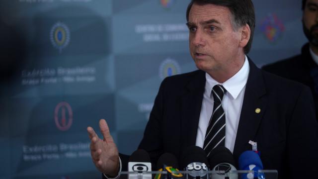 Bolsonaro explica depósito na conta da mulher por ex-assessor do fllho