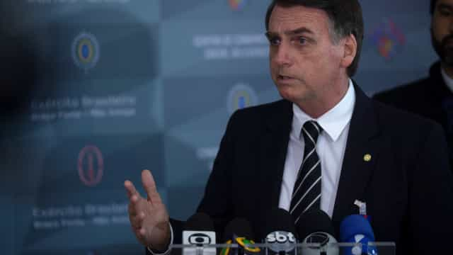 Depósitos para ex-assessor de filho de Bolsonaro coincidiam com pagamento