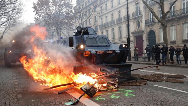 Cerca de 31 mil coletes amarelos protestam em França e 700 foram detidos
