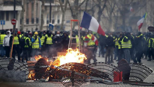 Perto de 2.000 identificados nos protestos dos coletes amarelos em França