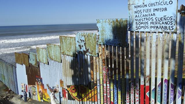 Migrantes desafiam restrições e atravessam o muro para os EUA
