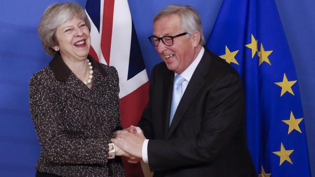 May diz que UE a 27 quer ajudar com Brexit, Tusk questiona como