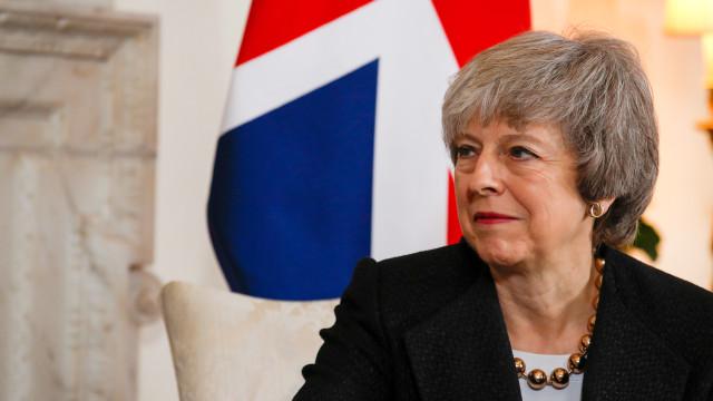 """May alerta para """"território desconhecido"""" se Brexit não for aprovado"""