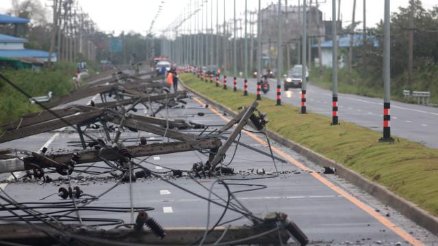 Inundações e cortes de energia na Tailândia devido à tempestade Pabuk
