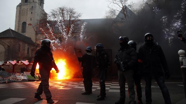 Manifestação de Coletes Amarelos em Paris com 101 detenções