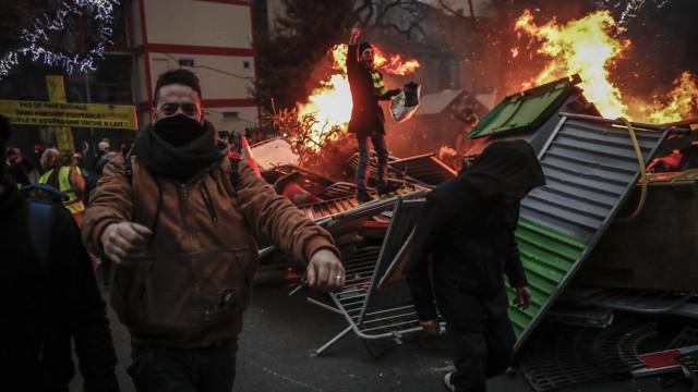 "Coletes Amarelos: Macron garante justiça face a ""extrema violência"""